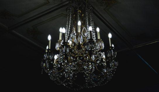 Svietidlá do obývačky – visiaci luster alebo bodové svetlá?