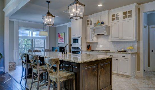 Lustre do kuchyne je vhodné doplniť osvetlením kuchynskej linky