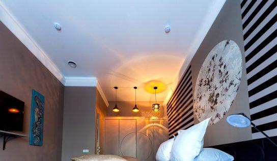 Ako vybrať luster do spálne, ktorý vytvorí tú správnu atmosféru?